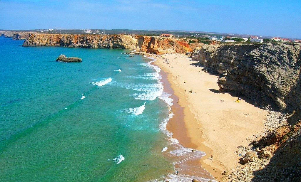 tpica playa del algarve portugus playas desrticas sobre acantilados rocosos que se elevan sobre un mar azul