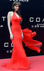 angelina-jolie-spurs-russian-patriotism-at-salt-moscow-show-photos