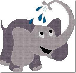 elefante infantil que se ducha con la trompa