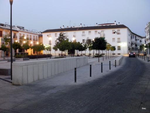 Vista de la plaza, al amanecer, desde la esquina de San Rafael.