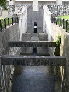下流の橋より導流部を望む
