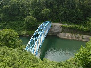 右岸より下流の橋を望む