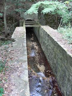 天王谷川からの導水路暗渠(下に放水路があり立体交差している)