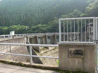右岸よりダム銘板と堤体を望む