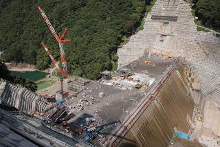 右岸下流側の高台より本体工事を望む
