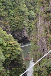 さらに下流の吊り橋を望む