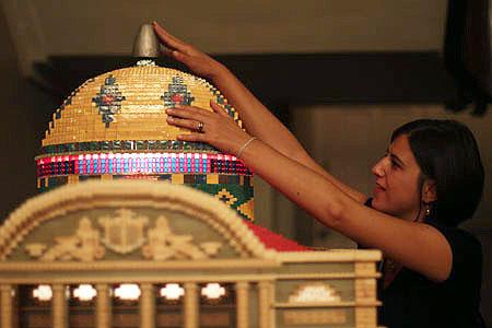 Na foto: Moira Braga tateando a belíssima maquete de lego do Teatro Amazonas