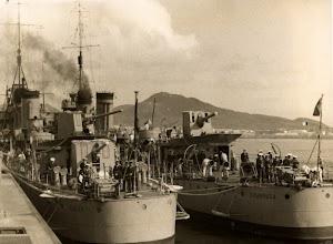 El CISCAR y el CHURRUCA en el Puerto de la Luz en la posguerra. Foto del Archivo FEDAC.jpg
