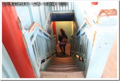 ▼上到「文昌閣」及「海神廟」的頂層為木造樓梯,可以看得出來梯面已經被磨掉成為下陷的形狀。