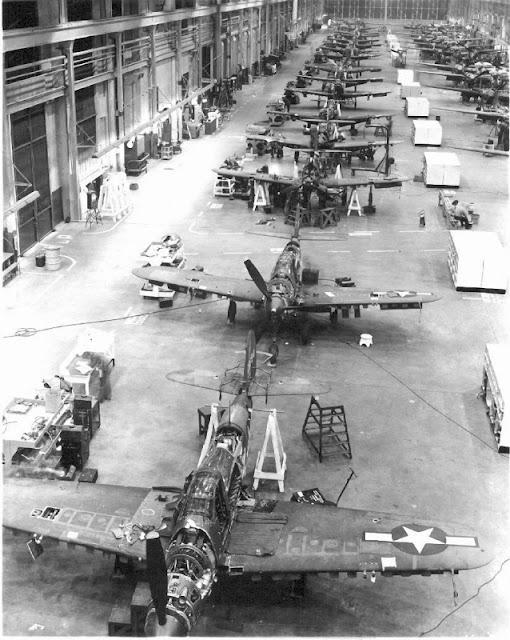 Идет сборка самолетов P-39 «Аэрокобра»