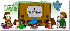 Crianças com e sem deficiência assistindo televisão