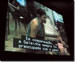 Tela de cinema apresentando um filme com legendas para surdos