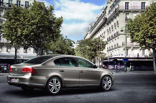 2011-Volkswagen-Passat-B7-13.JPG
