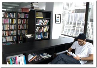 مبرمج من شركة فوغ غريك يقرا في مكتبة الشركة