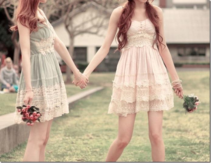 Картинки две девочки держатся за руки