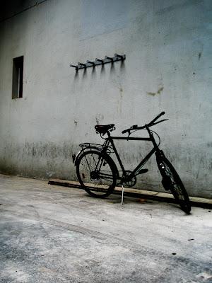 Vieux vélo contre un mur