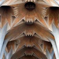 sagrada-familia-arquitectura-arcos-techos-interior-templo