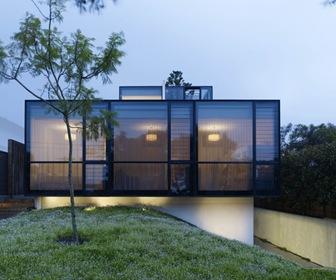 Fachada moderna de fromas rectil neas con vidrio termo for Fachada de casas modernas con vidrio