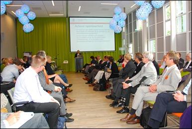 Een volle zaal met in de verte dagvoorzitter Theo Thomassen.
