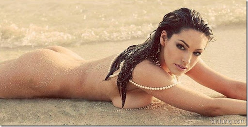 kelly brook toples on the beach