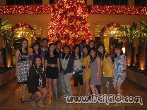 Group Pic sa Christmas Tree!