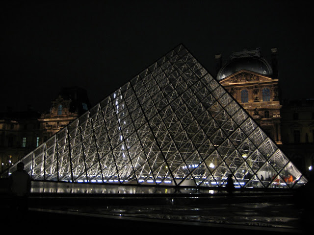 Nasvícená pyramida před Louvrem.