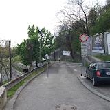 Rampa umožňujúca obísť schody vedúce zo Židovskej na Rybné námestie. So zákazom vjazdu aj pre cyklistov a cyklistom v pozadí.