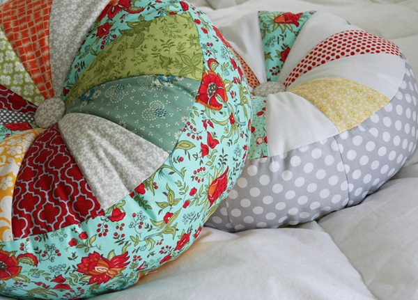 le tutoriel pour un coussin rond en patchwork chez. Black Bedroom Furniture Sets. Home Design Ideas