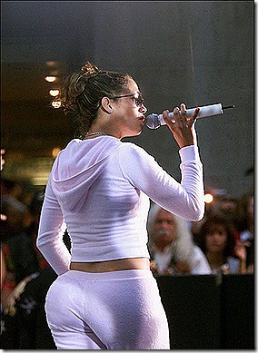 med_jennifer_lopez_perfoming-in-stage-show