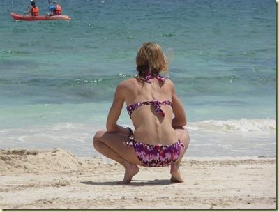 En la desnudas cagando playa Chicas