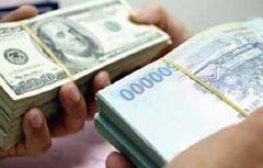 Hai bài báo nói về việc tăng tỷ giá đô la