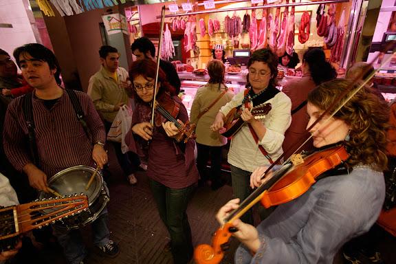 Carnaval de Tarragona, Dissabte (25.02.2006)Rondes satíriques d'arrel tradicional amb la Ronda dels Ferrer. Mercat Central