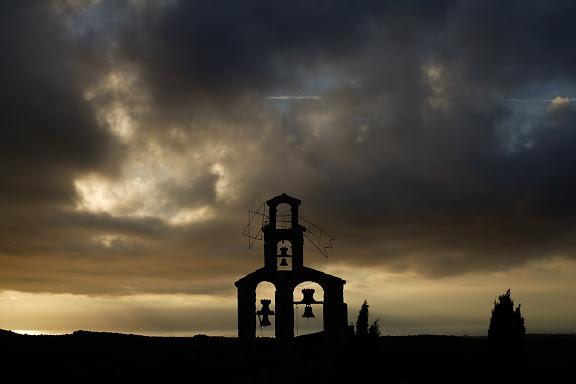 Vespella de Gaià, Tarragonès, Tarragona.Espadanya de l'església de Vespella. Al fons el mar