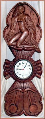 Reloj con desnudo. Talla en madera
