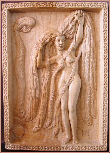 Mujer de largos cabellos. Talla en madera