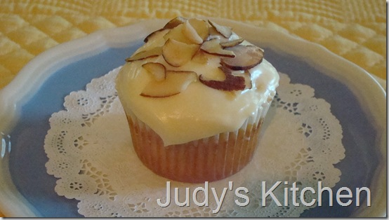 sour cream cupcakes with strawberry jam filling (4)