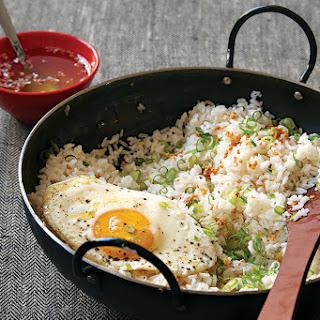 Filipino Garlic Fried Rice with Vinegar Sauce (Sinangag).