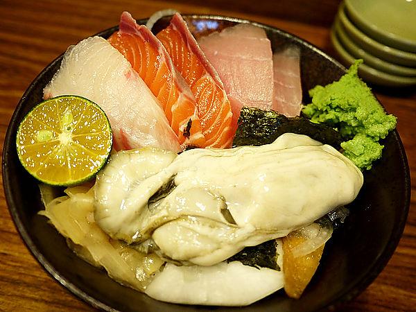 【食記】台北*東區。宇澤小舖*高CP鮭魚肚丼&生蠔什錦丼