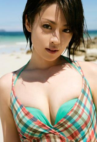 胸が収まっていない深田恭子