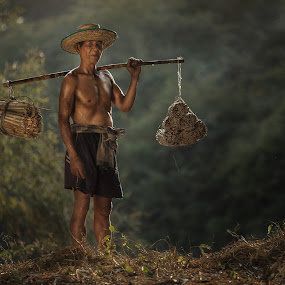 Thai old man by Jakkree Thampitakkul - People Portraits of Men ( job, thai.oldman, travel )