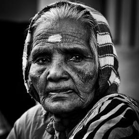 Untitled street portrait by Shaik Mohaideen - Black & White Portraits & People ( woman, b&w, portrait, person,  )