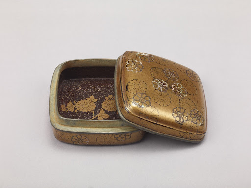 Incense Box, decorated in Maki-e Lacquer and Mother-of-pearl Inlaid with Design of Chrysanthemums