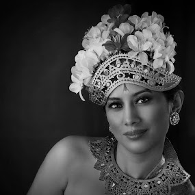 Ms Wida by Leyon Albeza - Black & White Portraits & People ( portraiture, portraits of women, black and white, people, human )