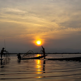Inle wave 2 by Nguyen Thanh Cong - Landscapes Sunsets & Sunrises ( myanmar, congdolce@gmail.com, nguyen thanh cong, waterscape, sunset, vietnamese, vietnam, landscape, people )