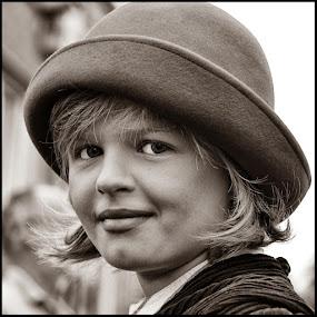 Hoedje by Etienne Chalmet - Black & White Portraits & People ( black and white, street, children, people, portrait )