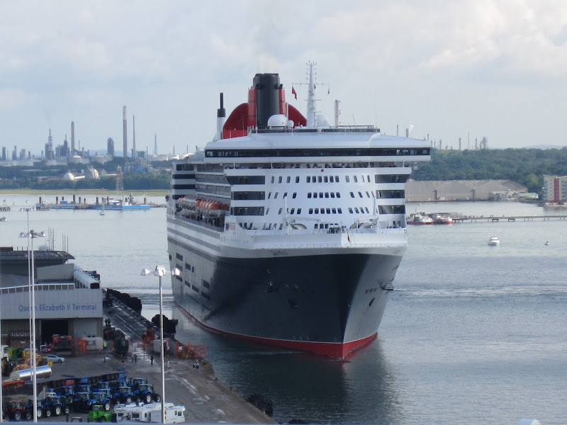 QM2 leaving Southampton in August 2010