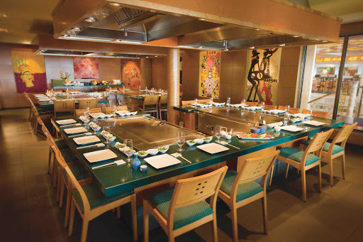 Norwegian-Pearl-dining-Teppanyaki - Children and adults will enjoy the theatrical hibachi cooking and authentic Japanese cuisine at Teppanyaki.