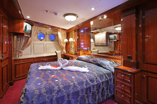 Relax during your voyage in a cabin with king-size bed and two windows on your Royal Clipper sailing.