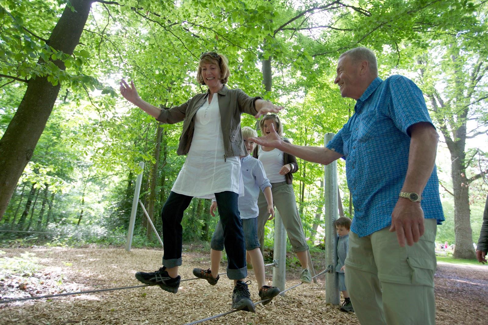 Hier siehst Du mehrere Leute im Generationen-Aktiv-Park in Schömberg beim Ausprobieren der Spielgeräte