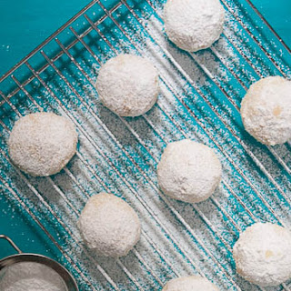 Gluten-free Kourabiedes {Greek Christmas Cookies}.